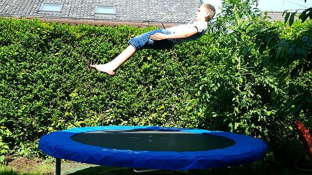 zahrada, chlapec, skok, trampolína