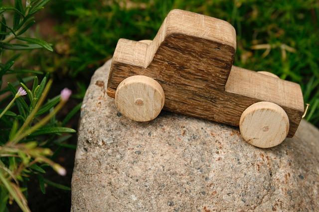 kámen, dřevěné autíčko