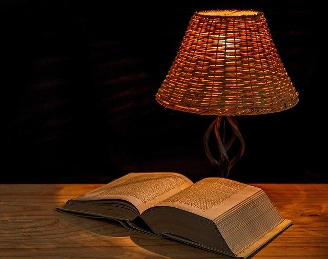 čtení při lampě