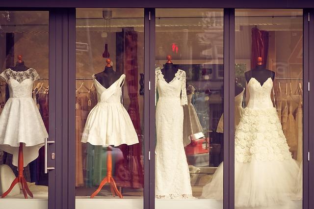 svatební šaty ve výloze.jpg