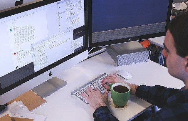 dva monitory pracovníka