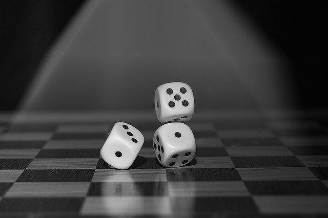 kostky na šachovnici