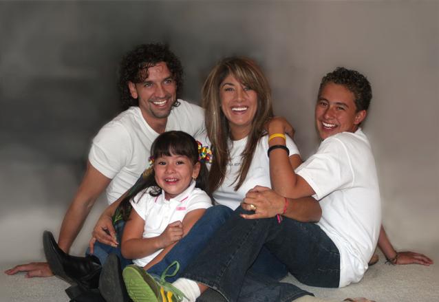 Rodina, která se směje, na obrázku je muž, žena, kluk starší a holčička mladší