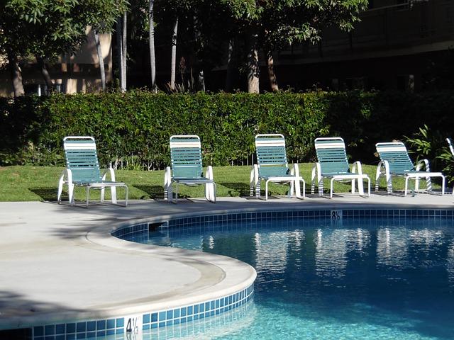 venkovní bazén s lehátky.jpg